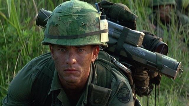 Forrest rolündeki Tom Hanks, film boyunca birçok karaktere bürünerek oyunculuk yeteneğini ortaya koymuştur.
