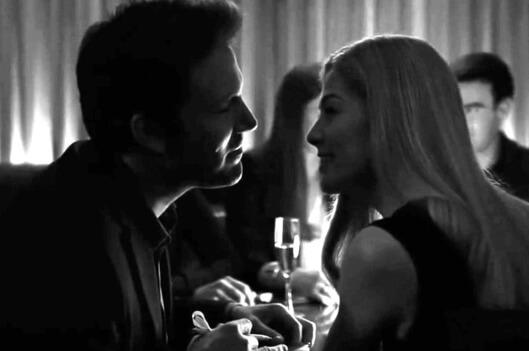 Gone Girl filminin yönetmen koltuğunda David Fincher oturur.