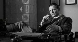 Schindler Listesi, Yahudilere uygulanan zalim politikanın etkili bir şekilde dramatize edildiği bir film olarak tanımlanabilir.