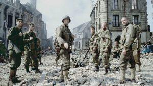 Tom Hanks ve Matt Damon'un başrolünde yer aldığı film, en iyi 2. dünya savaşı filmleri içerisinde gösterilir.