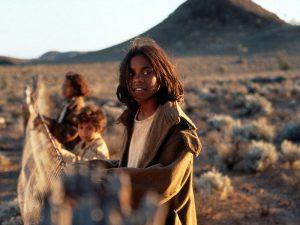 Çit filmi, kaçırılan üç Aborjin kardeşin eve dönüş hikayesidir.
