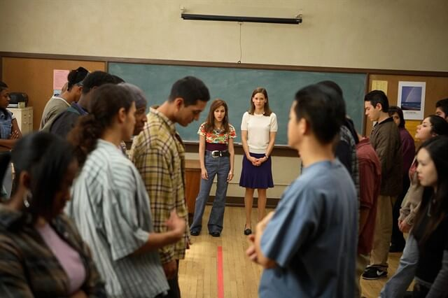 Özgürlük Yazarları, konusu itibariyle idealist bir öğretmen ve problemli bir grup öğrencinin iletişimine odaklanır.